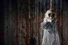 在绞架的可怕的骨骼 免版税图库摄影