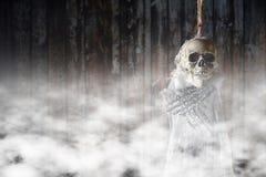 在绞架的可怕的骨骼 免版税库存照片