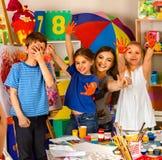 绘在画架的孩子手指 艺术学校类的小学生 库存照片