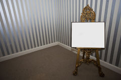 在画架的空白的标志板 库存图片