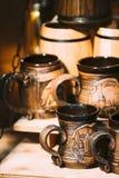 在货架的纪念品杯 在伙计的各种各样的传统杯 免版税库存图片