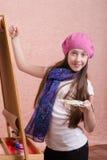 在画架的12岁的女孩油漆 免版税库存图片