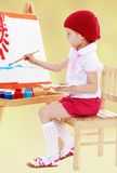 在画架画家的女孩油漆 免版税库存图片
