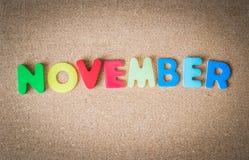 在黄柏板的五颜六色的木词11月与选择聚焦 库存图片