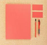 在黄柏板的空白的文具 包括名片、A4信头、笔和铅笔 免版税库存照片