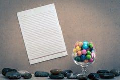 在黄柏板的纸棍子 免版税库存图片