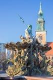 在1891年柏林-海王星喷泉Neptunbrunnen和莱因霍尔德设计的Marienkirche教会Begas 免版税库存图片