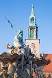 在1891年柏林-海王星喷泉Neptunbrunnen和莱因霍尔德设计的Marienkirche教会Begas 免版税库存照片