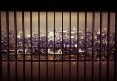 在滤栅后的夜城市 库存照片