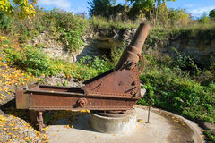 在1877年样品的老短程高射炮 位置在Ivangorod堡垒 俄国 免版税库存图片