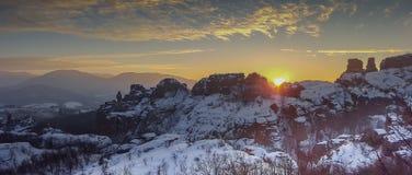 在贝洛格拉奇克岩石的日落 33c 1月横向俄国温度ural冬天 建造者 图库摄影
