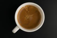 在黑桌木头背景的咖啡杯 免版税图库摄影