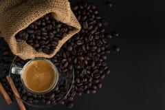 在黑桌木头背景的咖啡 免版税库存照片