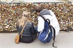 在巴黎桥梁的爱锁 库存照片