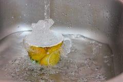 在水槽的杯 免版税库存图片
