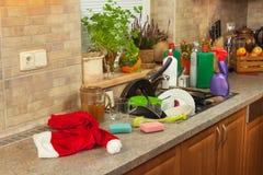 在水槽的肮脏的盘在家庭庆祝以后 家庭清洁厨房 在水槽的凌乱的盘 家事 库存照片