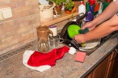 在水槽的肮脏的盘在家庭庆祝以后 家庭清洁厨房 在水槽的凌乱的盘 家事 免版税库存照片