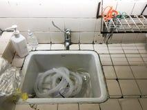 在水槽的肮脏的管 免版税库存图片