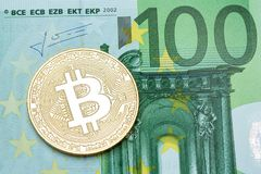 在100欧元钞票的金黄bitcoin 图库摄影