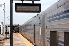 在巴比伦平台的双层汽车火车有后显示的标志的 免版税库存图片