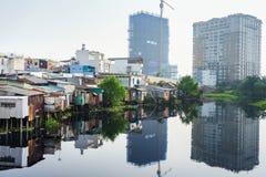 在贫民窟房子和大厦之间的对比在胡志明市,越南 免版税图库摄影