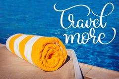 在更水池和文本旅行背景的毛巾  书法字法手凹道 库存照片