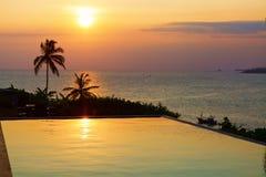 在水池和海的浪漫日落 库存照片