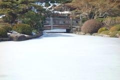 在冻池塘的桥梁 免版税库存照片