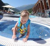 在水池外面的小男孩 免版税图库摄影