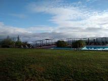 在水池旁边的山云彩 库存图片