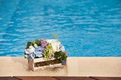 在水池旁边的花 免版税库存照片