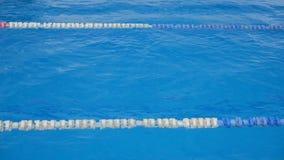 在水池的体育轨道 对说明 股票录像