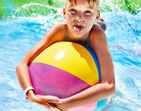 在水池的儿童游泳。 免版税库存照片