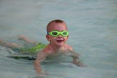 在水池的儿童游泳。 免版税库存图片