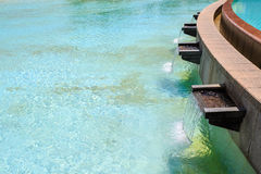 在水池的喷泉 免版税库存照片