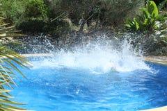 在水池的大水飞溅 库存照片