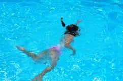 在水池的女孩游泳 免版税图库摄影