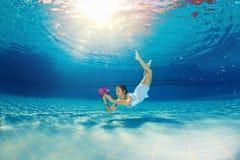 在水池的女孩潜水 免版税库存图片