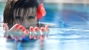 在水池的女孩美人鱼看起来引人入胜 影视素材