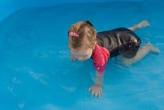 在水池的女婴游泳 免版税库存照片