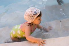 在水池的女婴游泳 免版税库存图片