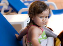 在水池的女婴游泳 免版税图库摄影