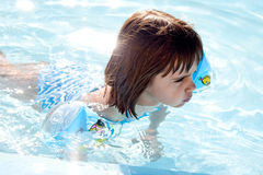 在水池的小女孩游泳 库存图片