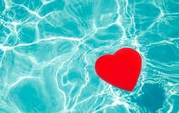 在水池的心脏形状 库存图片