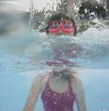 在水池的愉快的小女孩游泳 库存照片