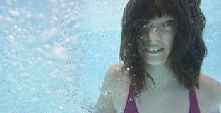在水池的愉快的小女孩游泳 库存图片