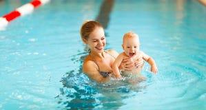 在水池的母亲和婴孩游泳 图库摄影