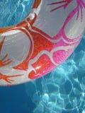 在水池的游泳圆环 免版税库存图片