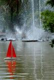 在水池的红色风帆 图库摄影