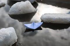 在水池的纸小船 图库摄影